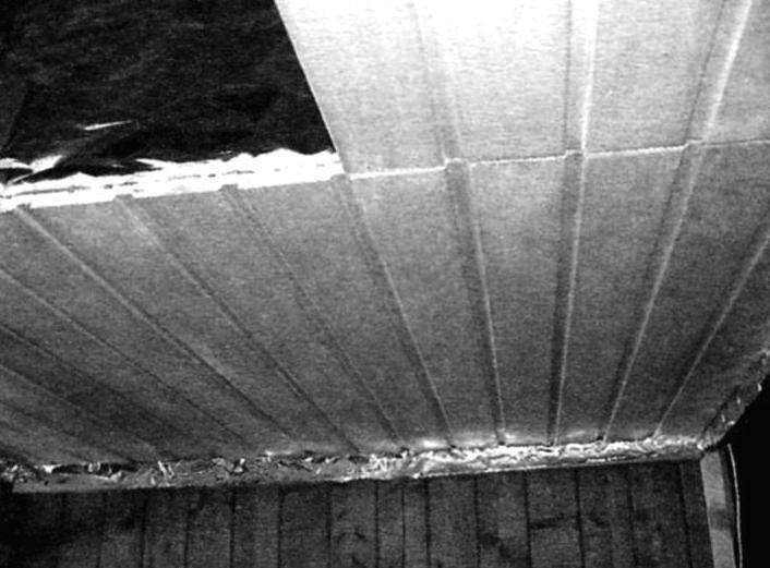 Фрагмент постройки. На потолочных брусках 40x40 мм настланы два слоя утеплителя, закрытые сверху саун-фольгой. Снизу - вагонка