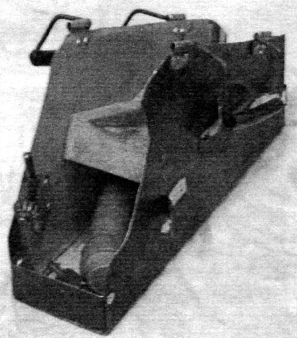Внутренний объём «чемоданчика»: видны ложемент электродрели, кронштейн под ключ и отсек под режущий инструмент