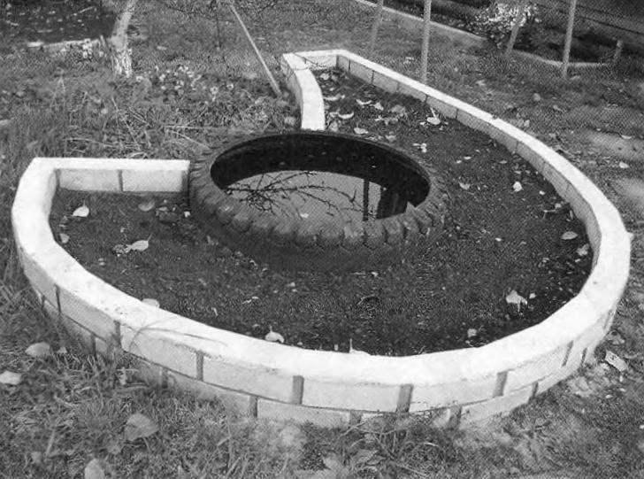 Сооружение садовой клумбы с фонтаном завершено! Осталось посадить цветы и подождать лета