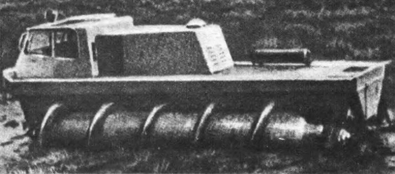 Шнекоход ШН-1 форсирует болото