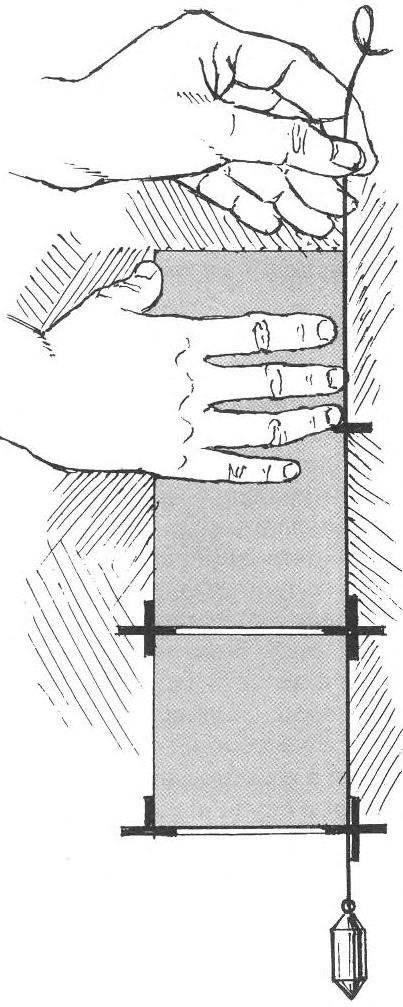 Рис. 2. Вертикальность рядов плитки проверяется отвесом