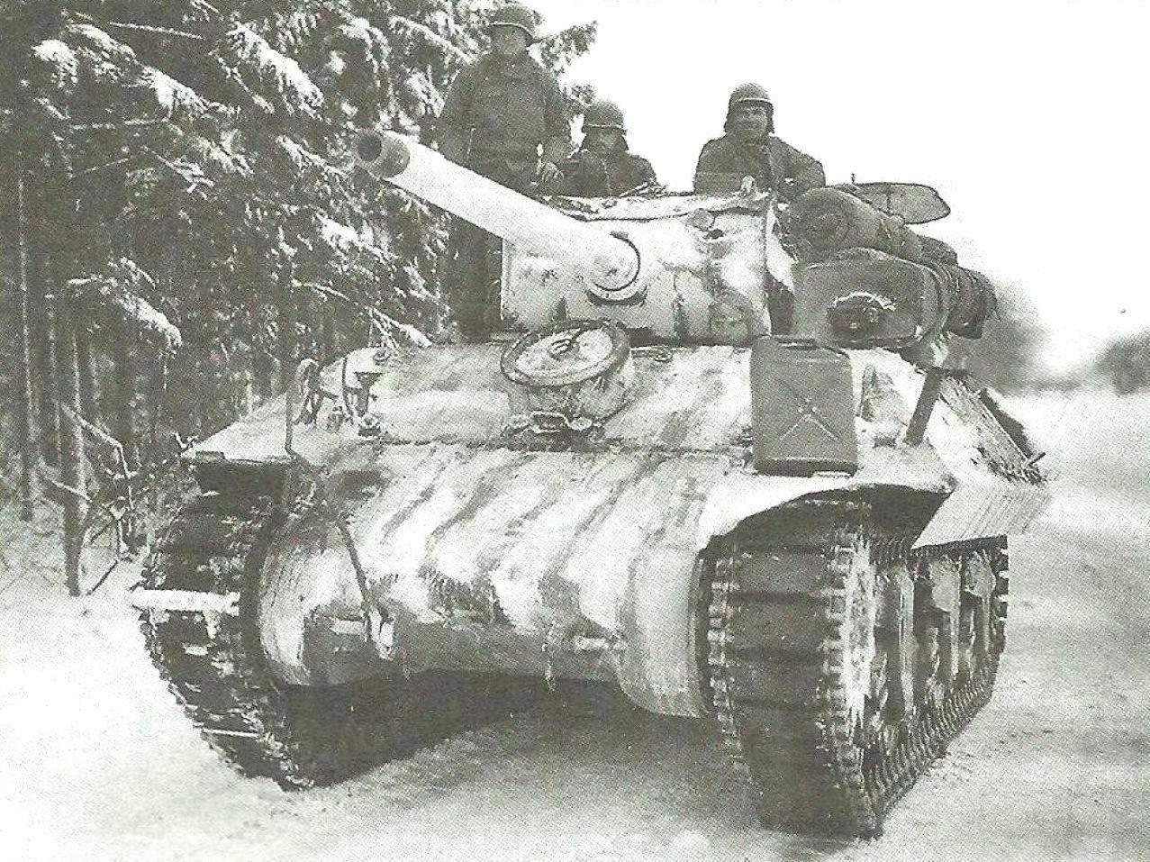 САУ М36 в дозоре на опушке заснеженного леса. Арденны, Бельгия. Декабрь 1944 г.