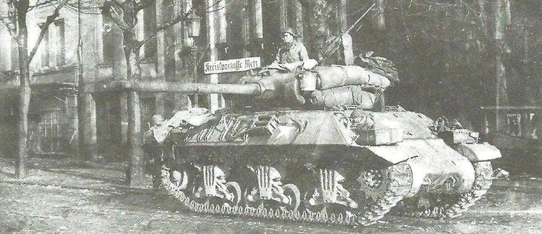 САУ М36 на улице немецкого города. 3-я армия генерала Дж. Паттона. Западная Германия, весна 1945 г.