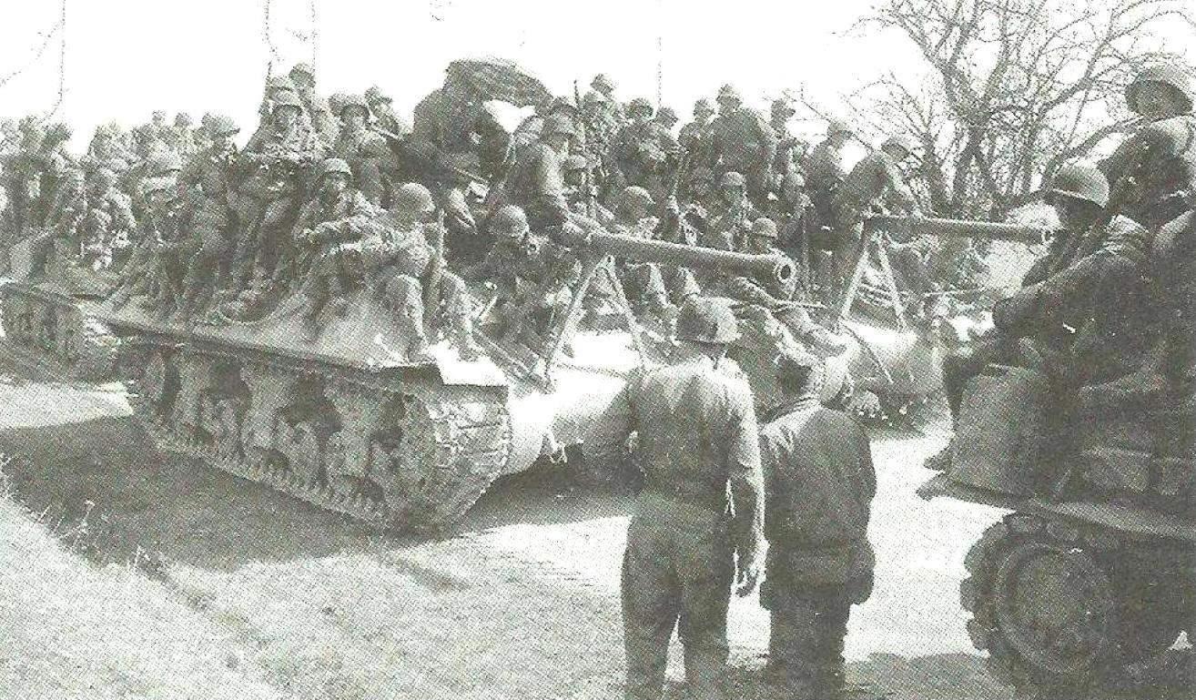 Самоходные установки с десантом на борту готовы к выдвижению. Бельгия, 1944 г.