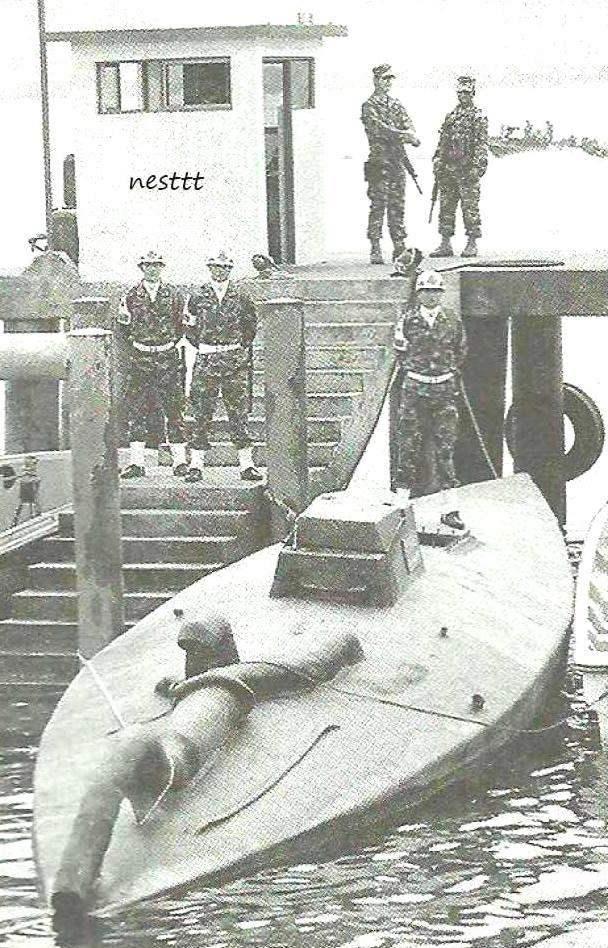 Захваченное полупогружённое судно, имеющее условное название Bigfoot II. Это распространённый и относительно дешёвый вид судов-наркокурьеров, цена такого полупогружённого «катера» - в пределах 500 тысяч долларов