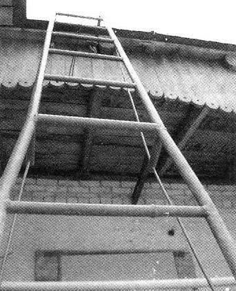 Универсальная облегчённая лестница из стальных водопроводных труб с «тетивами» для обеспечения необходимой упругости
