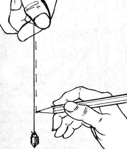 Рис.1. Опытные мастера советуют не пренебрегать предварительной разметкой вертикалей на стенах — это гарантирует успешное выполнение всех последующих операций без перекосов и переделок из-за криво наклеенных полотнищ.
