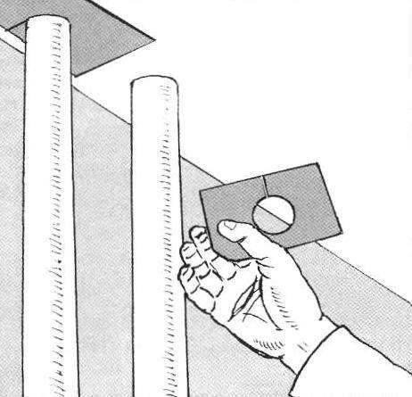 Рис. 12. Не только стеновым, но и потолочным обоям создают проблемы различные трубы и стояки.