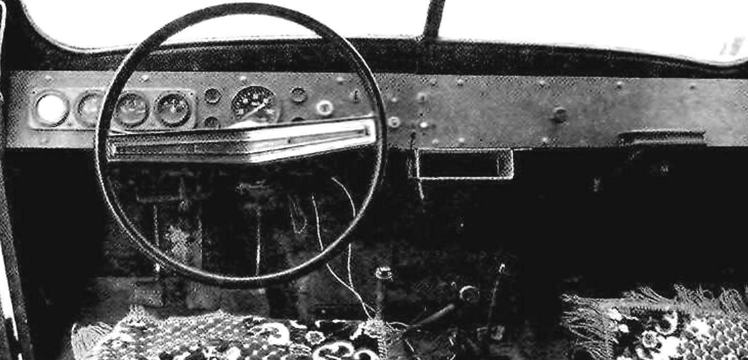 Передняя панель—самодельная, но все приборы на ней—штатные, от УАЗ-469. Рулевое колесо—от «Волги» ГАЗ-24