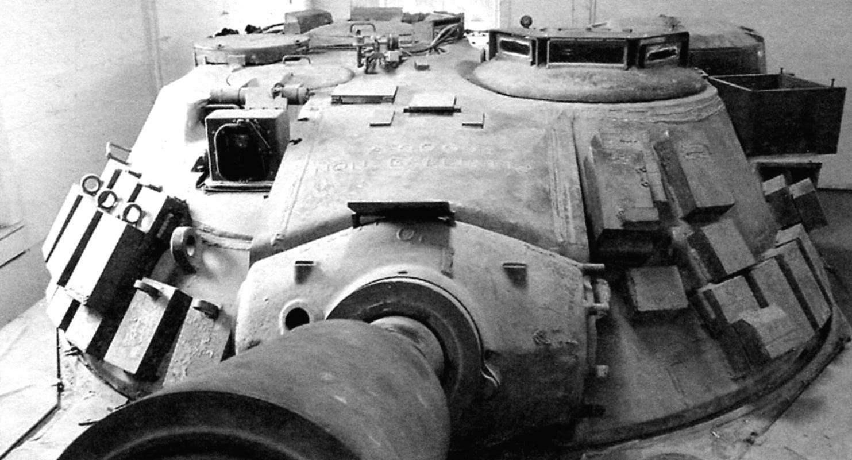 Башня танка с блоками накладной динамической защиты. Слева у маски пушки - окно прицела-дальномера наводчика, справа вверху на башне - блок призматических приборов механика-водителя