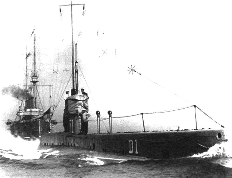 Подводная лодка D-1 с поднятой антенной радиосвязи на испытаниях