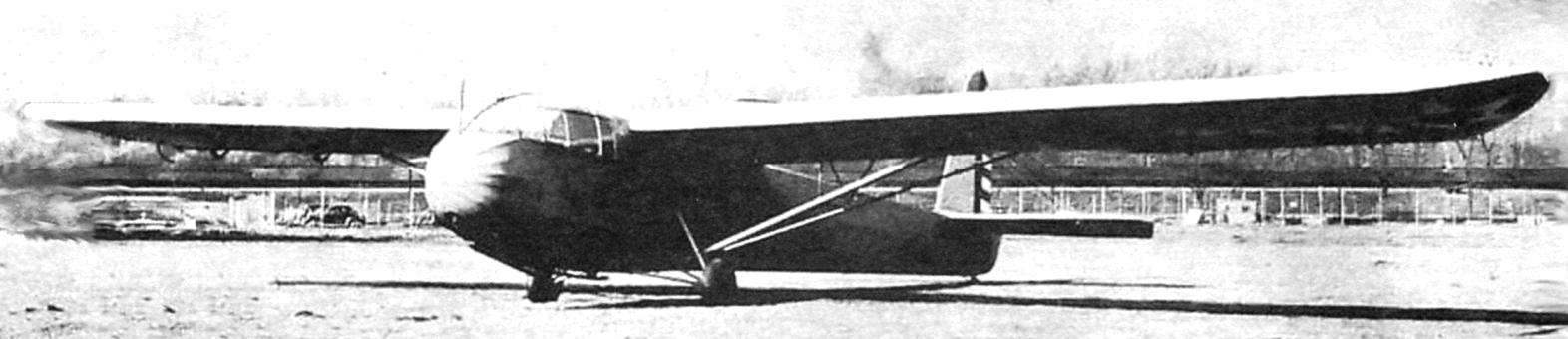 Опытный образец планёра СG-3. Он имел руль направления, окрашенный в полоску. Обратите внимание на большой фонарь, форму законцовки крыла и подкосы крыла и шасси