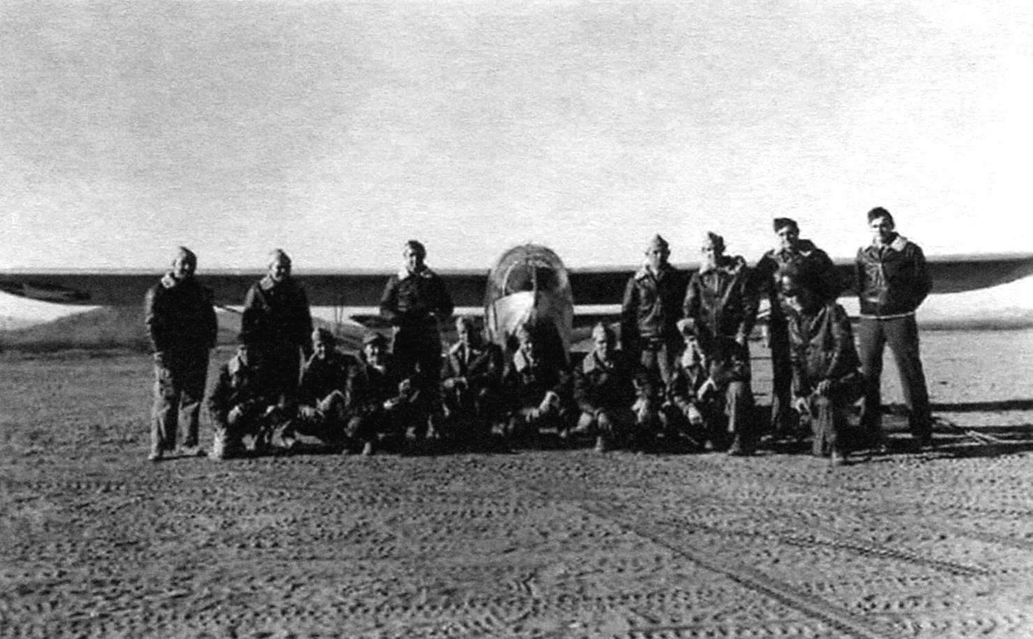 Группа курсантов перед планёром CG-3A, база Викенбург, Аризона