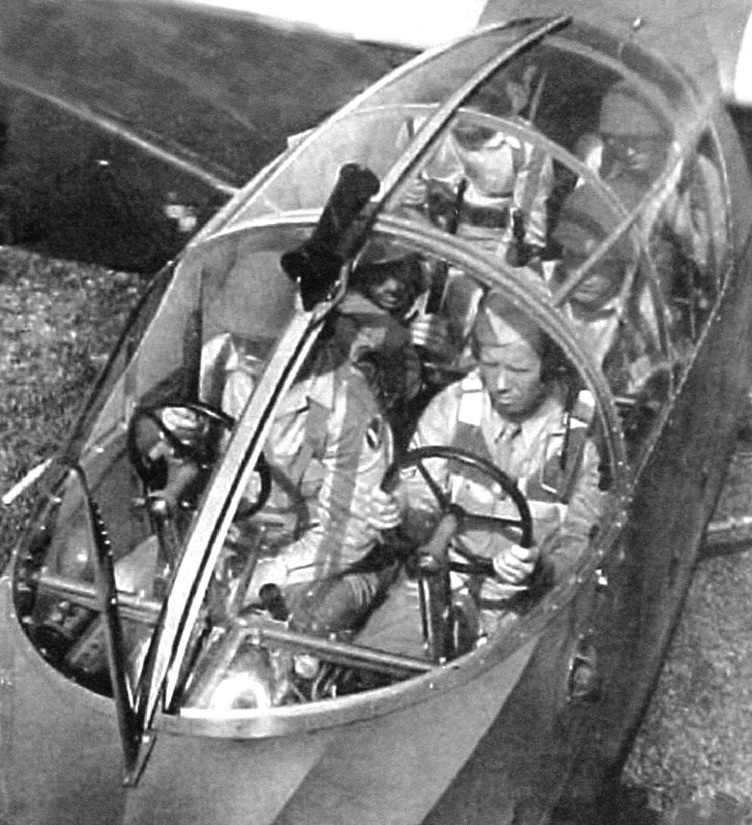 Опытный образец планёра СG-3. Под фонарём виден пилот в левом кресле и десантники. На десантниках - каски, а пилот - в пилотке. Он явно не собирается бегать по полю с винтовкой и отрабатывать приёмы наземного боя. Пилот имеет наушники, значит, на планёре установлена радиостанция. На левом борту виден воздухозаборник системы вентиляции. Перед козырьком фонаря на мачте-трубка ПВД, а на верху козырька-трубка Вентури. Ещё одна такая же трубка установлена на правом борту