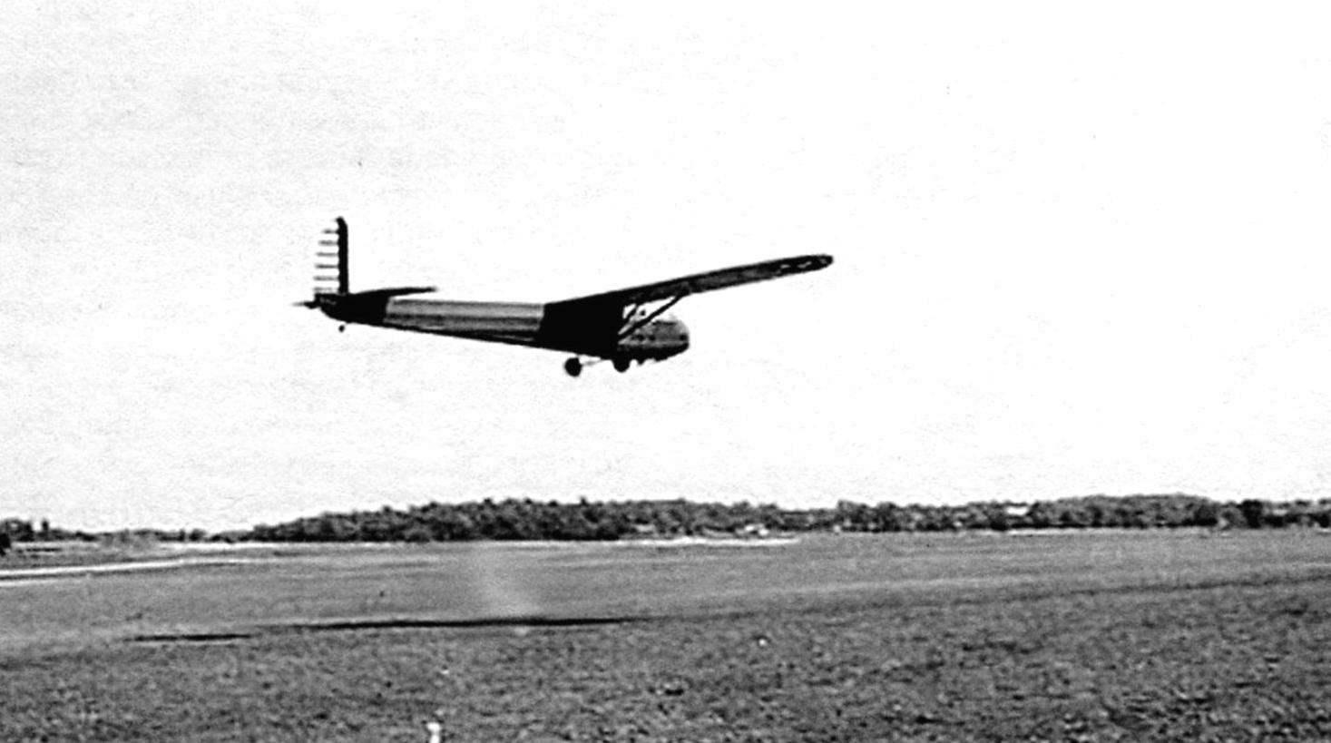 Опытный образец планёра СG-3 в испытательном полёте. Протогин имел руль направления, окрашенный в полоску
