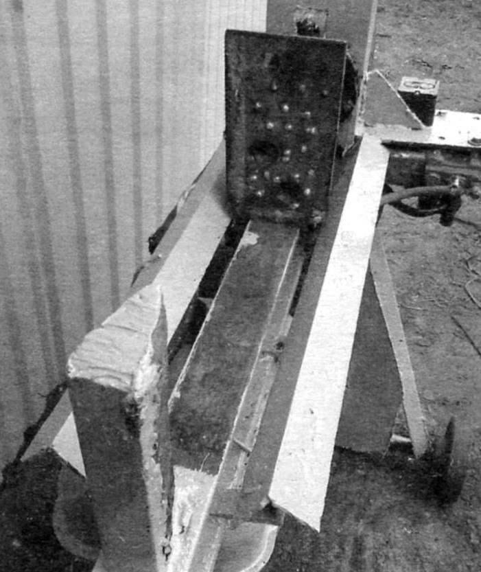 Нож и толкатель на станине. По бокам станины поставлены направляющие уголки размерами 50x50 мм