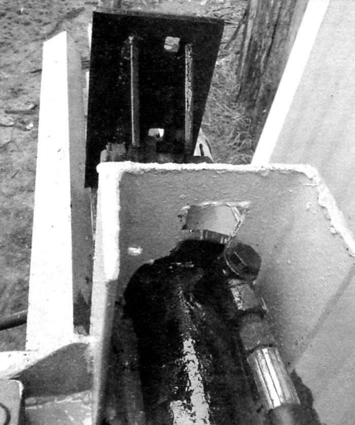 Швеллер задней стойки, 180х70х9 мм. Присоединение шланга масляного насоса к гидроцилиндру