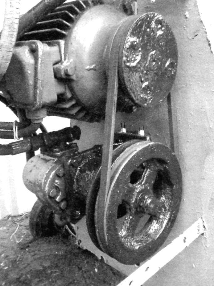 Электродвигатель и масляный насос НШ 32 соединены ремённым шкивом