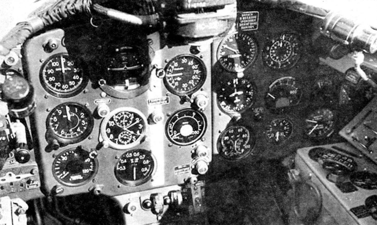 Приборная доска истребителя МиГ-15бис с белой полосой, облегчающей лётчику нахождение нейтрального положения ручки управления самолётом