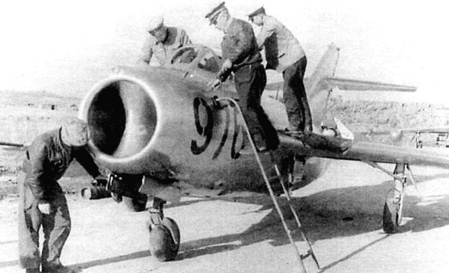 Подготовка к полёту МиГ-15бис из 351-го истребительного авиаполка. Корея, 1952 г.