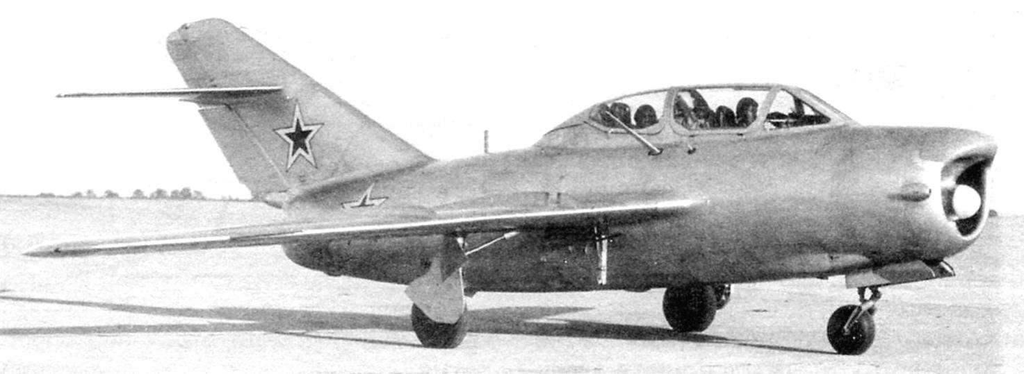 Учебно-тренировочный истребитель-перехватчик УТИ МиГ-15П (СТ-7) с РЛС РП-1 «Изумруд». Инструкторскую (заднюю) кабину разместили (скомпоновали) за счёт уменьшения длины первого фюзеляжного топливного бака