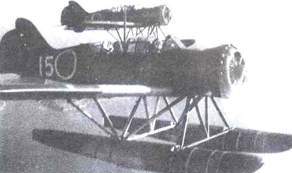 Самолёты E14Y1 в полёте