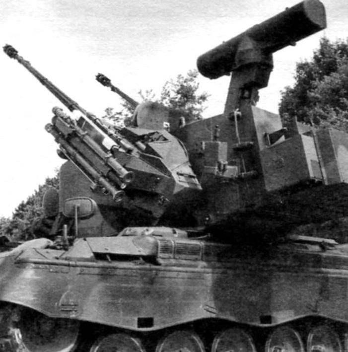 Башня установки с 35-мм спаренными пушками «Эрликон». На башне размещена РЛС обнаружения целей