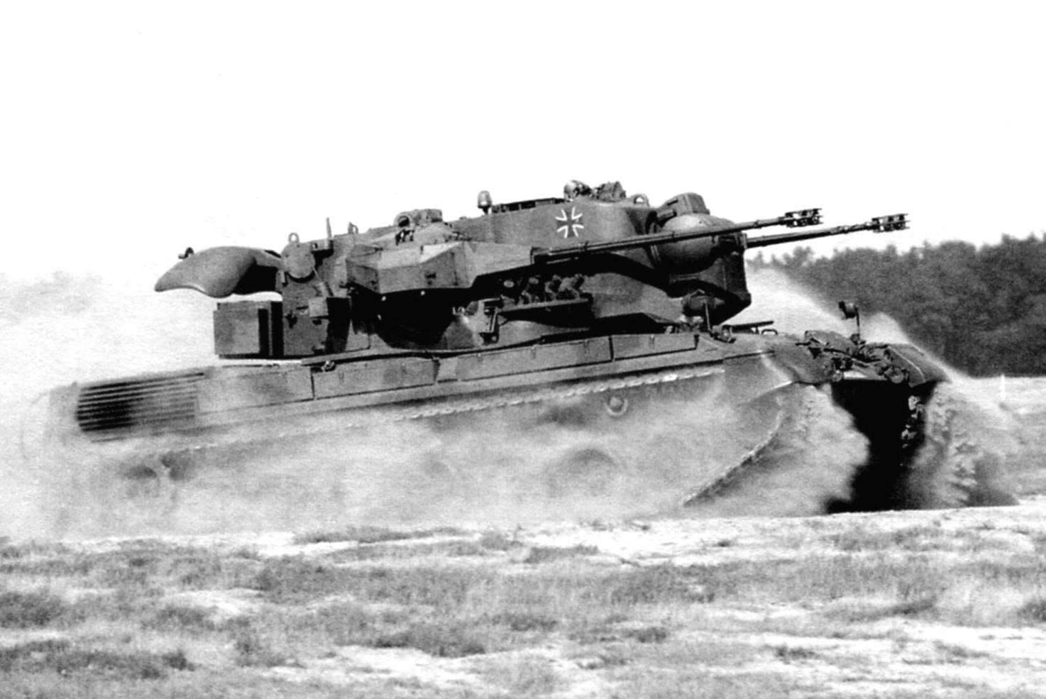 «Гепард» па маневрах занимает огневую позицию. Скорость передвижения установки на ровной местности достигает 65 км/ч