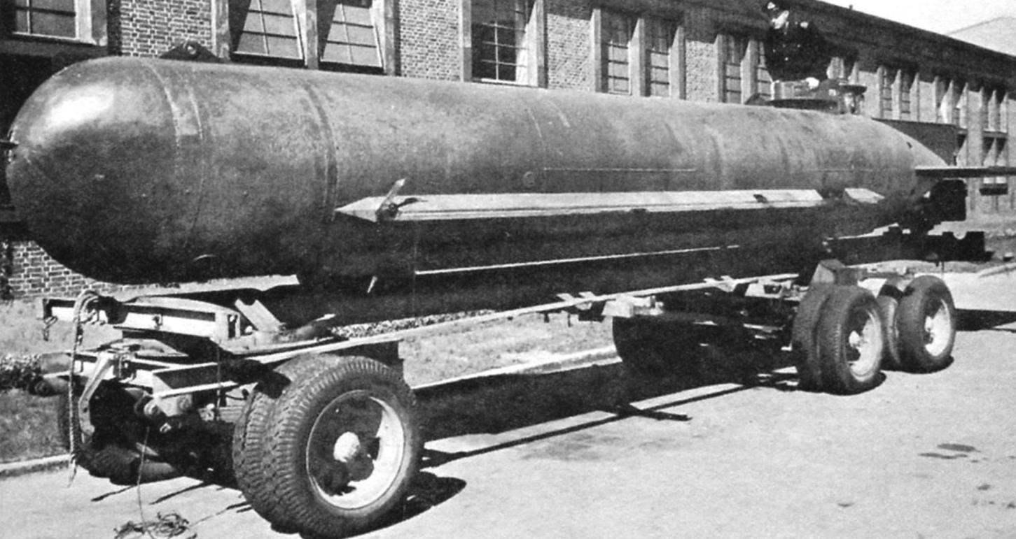 Подводная лодка Molch транспортируется на автомобильном прицепе