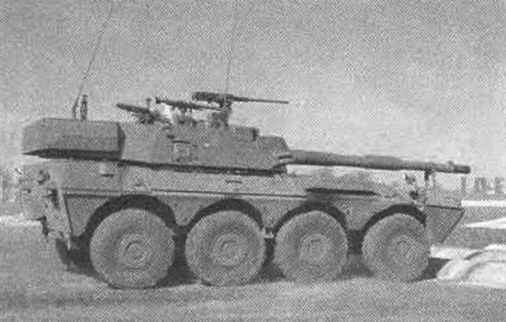 Вид на правый борт колёсного истребителя танков «Кентавр» 120/45; хорошо виден люк для пополнения боеприпасов и выброса стреляных гильз в правом борту башни