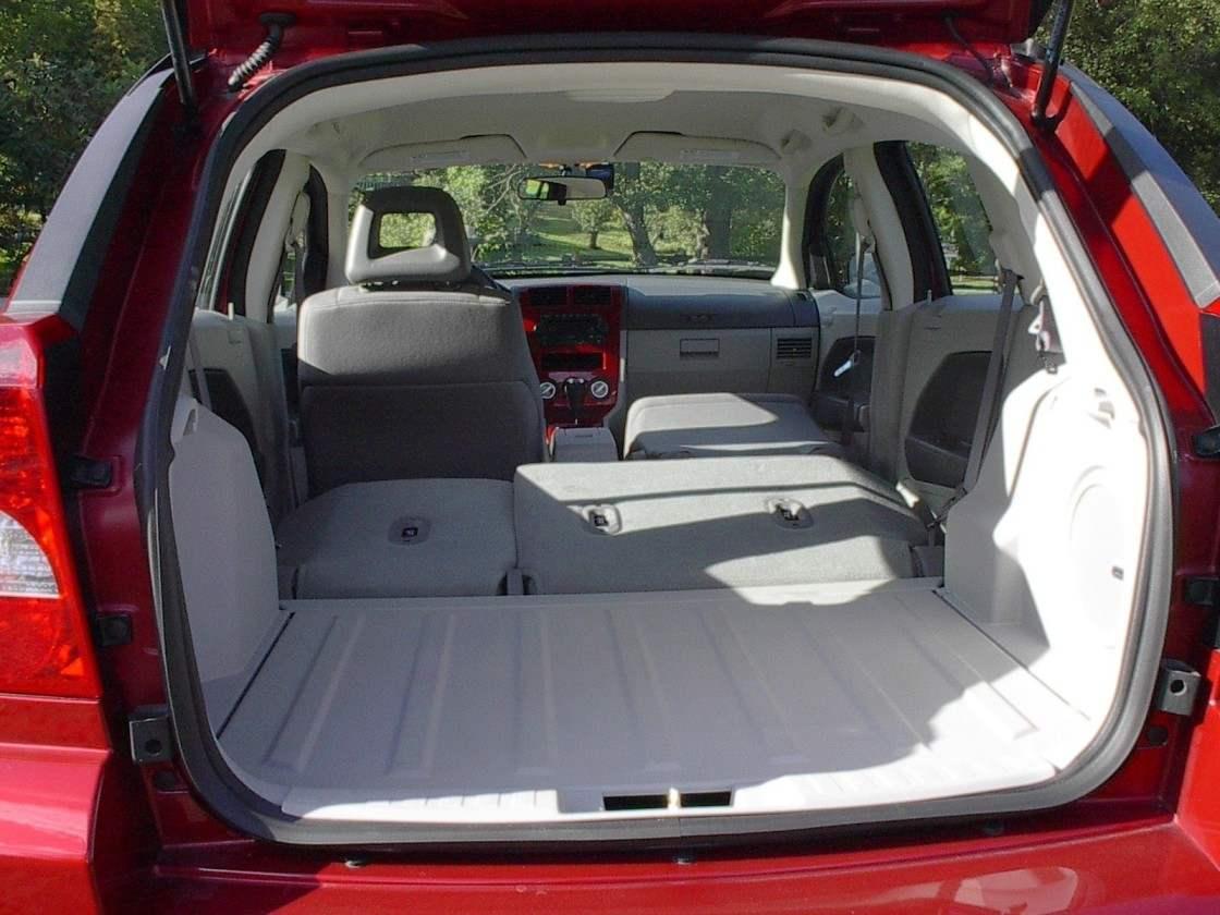 Ёмкость багажника автомобиля можно изменять ступенчато, складывая по частям задние и правое переднее сиденья