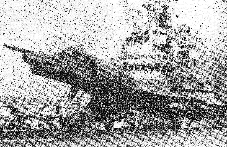 Третий экземпляр самолёта Etendard IVM 03 взлетает с палубы авианосца