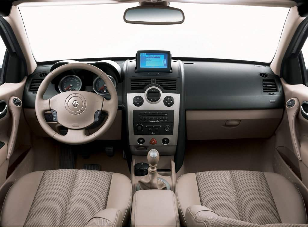 Передняя часть салона Renault Megane II