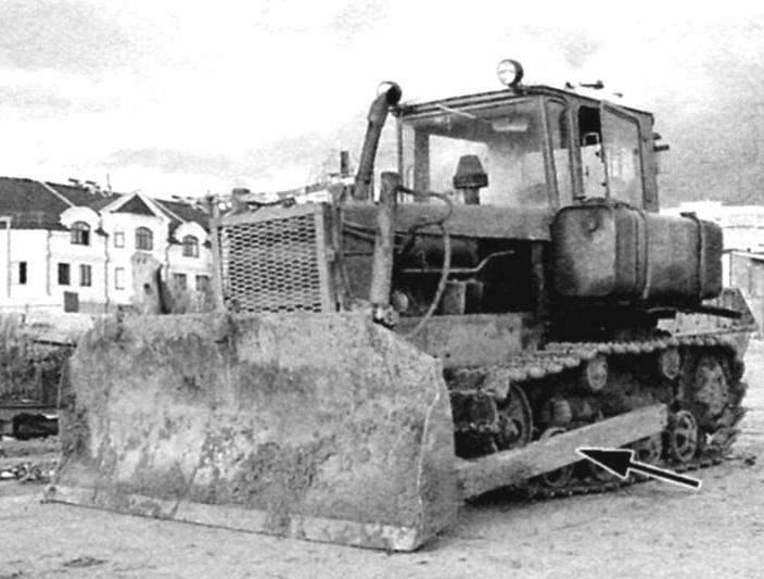«Водило» (показано стрелкой) бульдозерного ножа трактора ДТ-75. Подобное было использовано для изготовления мачты подъёмника