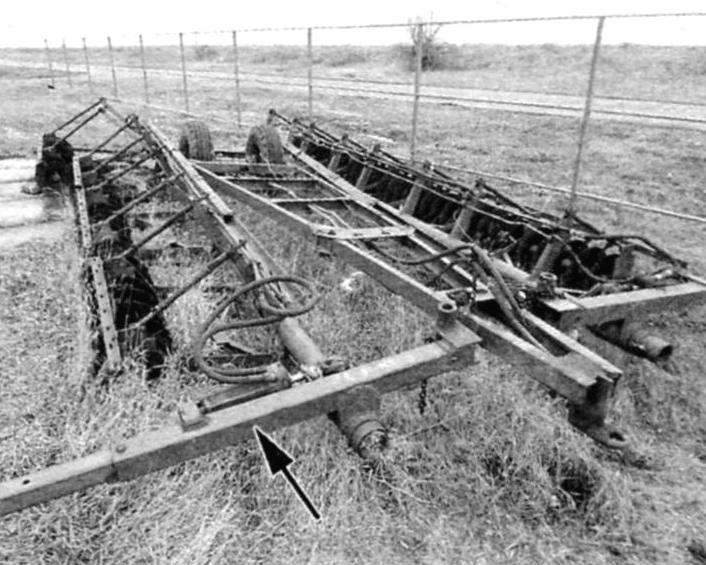 Балансир (показан стрелкой) колёсной опоры лущильника ЛДГ-10. Такой же был применён для изготовления