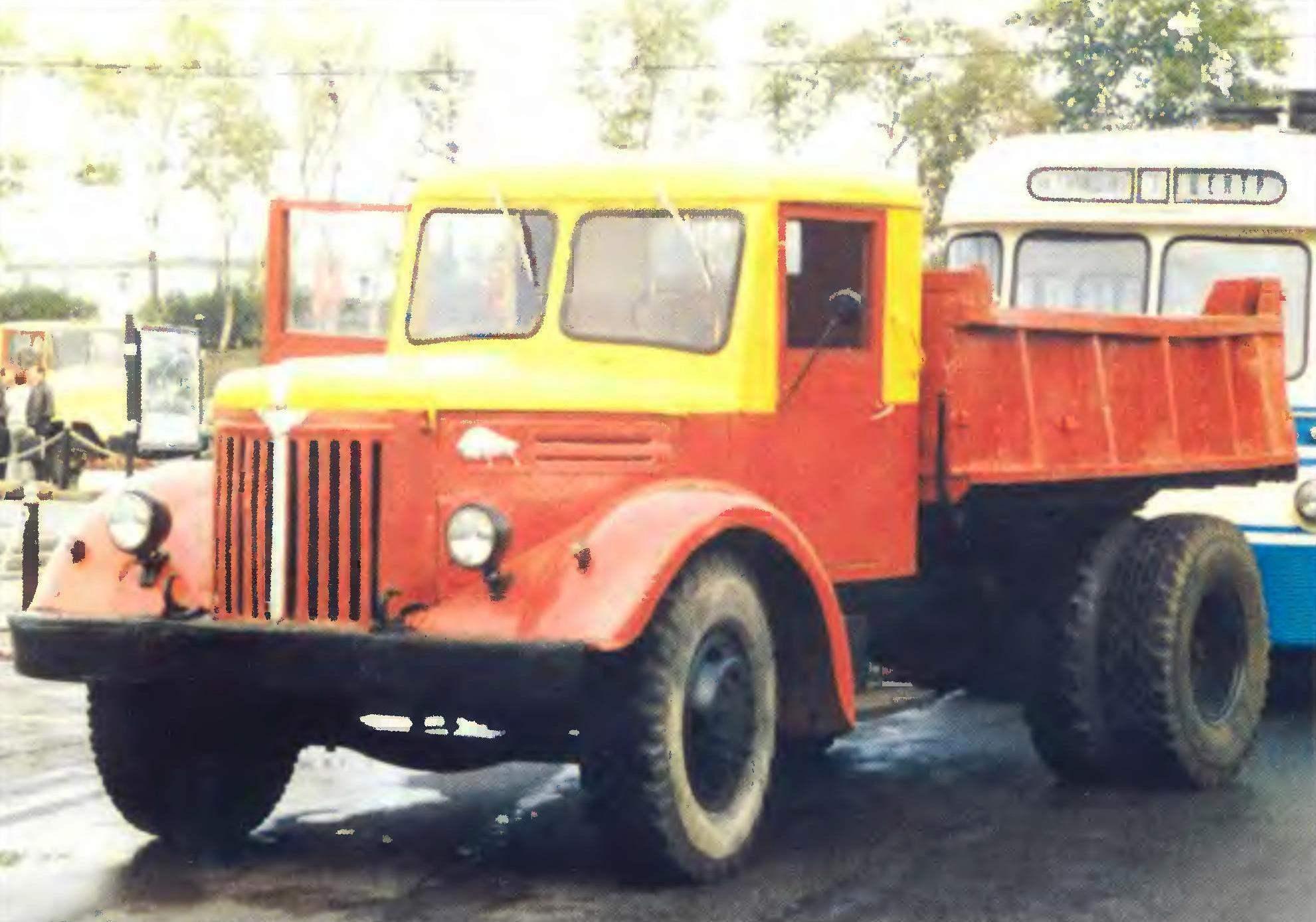 Автомобили МАЗ-200 — бортовой (вверху) и самосвал (внизу)