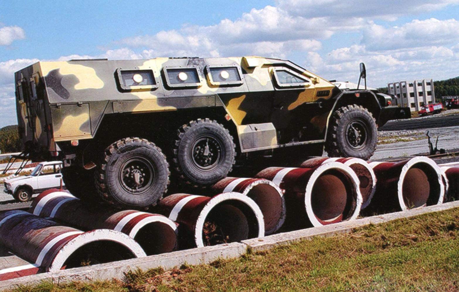 Показательное выступление бронеавтомобиля «Булат» на выставке «Оборона и защита-2012». Преодоление препятствия