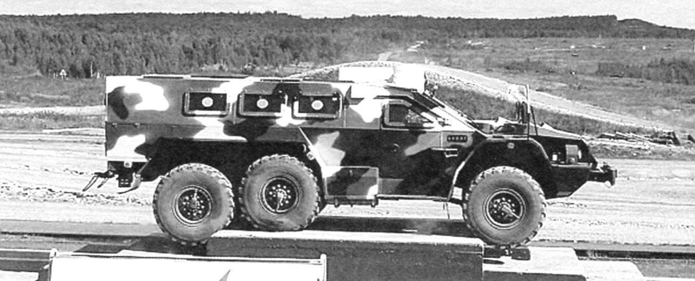 Бронеавтомобиль «Булат» на выставке «Оборона и защита-2012». Показательное преодоление препятствия