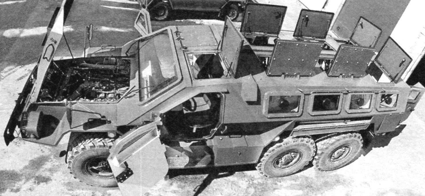 Корпус броневика с открытыми верхними крышками люков (вверху) и капотом