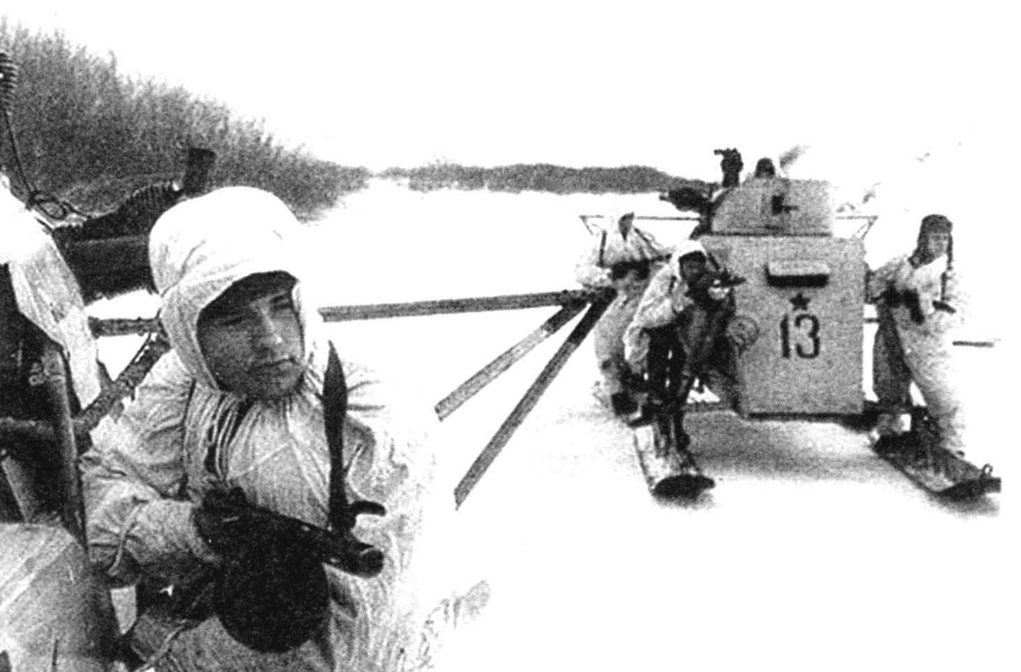 Аэросани НКЛ-26 подразделения капитана Пропятилова с десантом автоматчиков выходит на исходный рубеж. Район Новгорода, 1944 г.