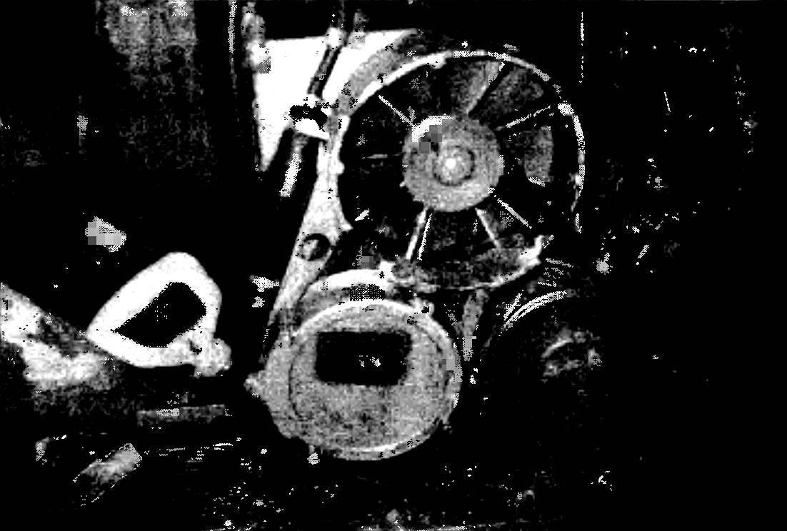 Привод (клиноременная передача) вентилятора радиатора, жидкостного насоса и генератора (не виден за пусковым устройством).