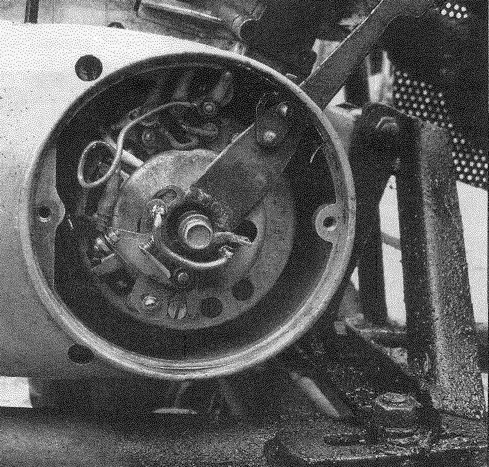 Рычажок изменения угла замкнутого состояния контактов. Хорошо виден кронштейн крепления двигателя к раме с натяжным винтом
