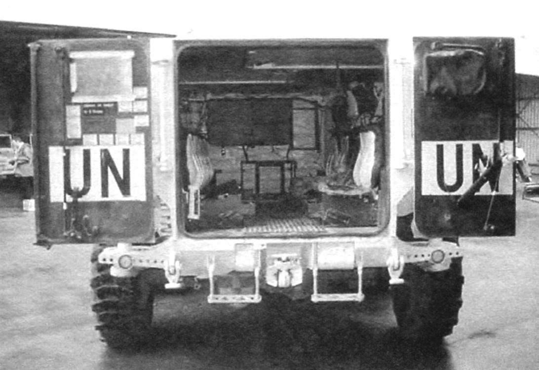 Десантное кормовое отделение бронетранспортёра. Десант составляют 10 человек