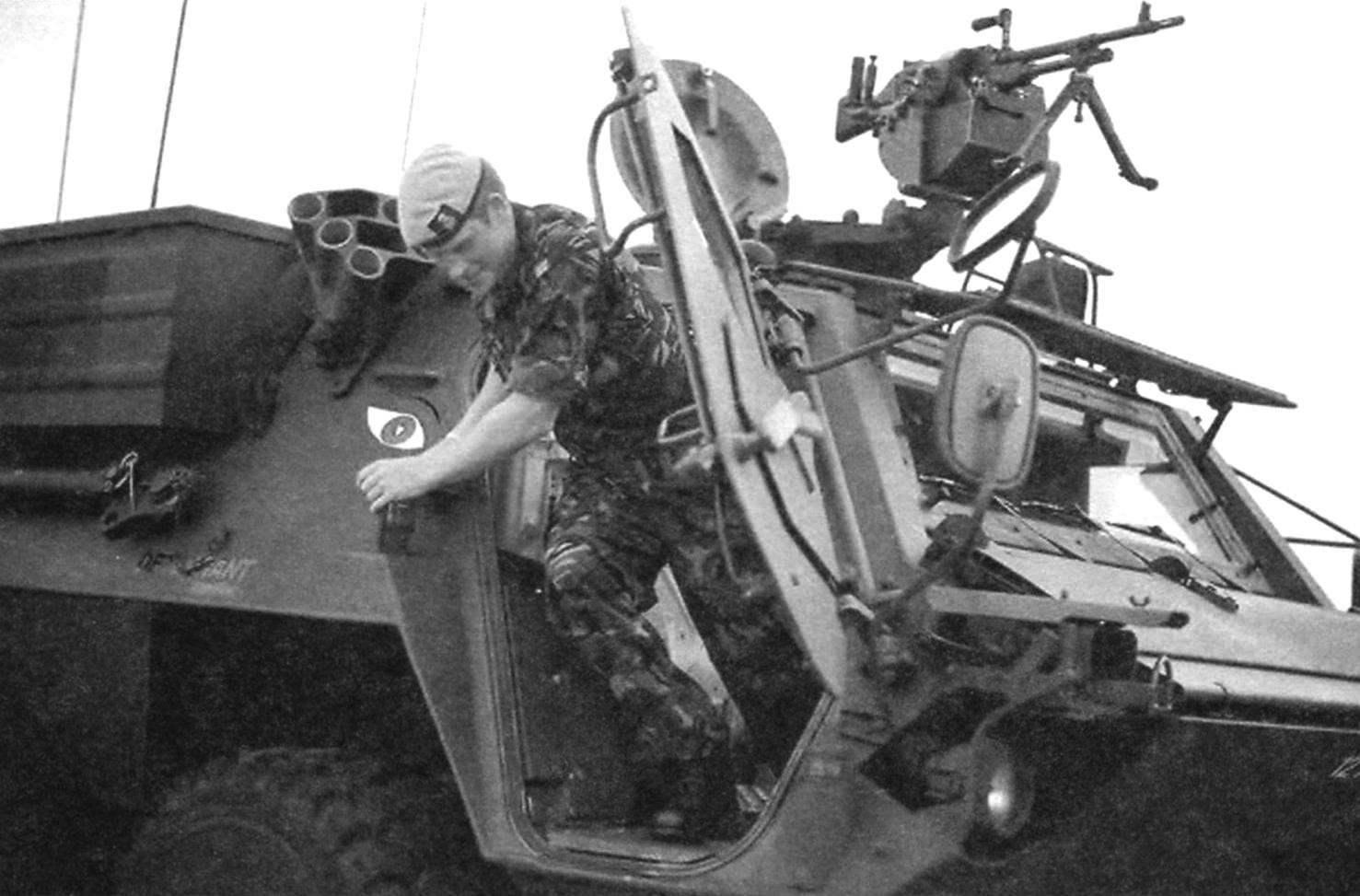Вооружение БТР «Фукс» составляют 7,62-мм пулемёт MG3, установленный перед люком командира машины, и дымовые гранатомёты по бортам