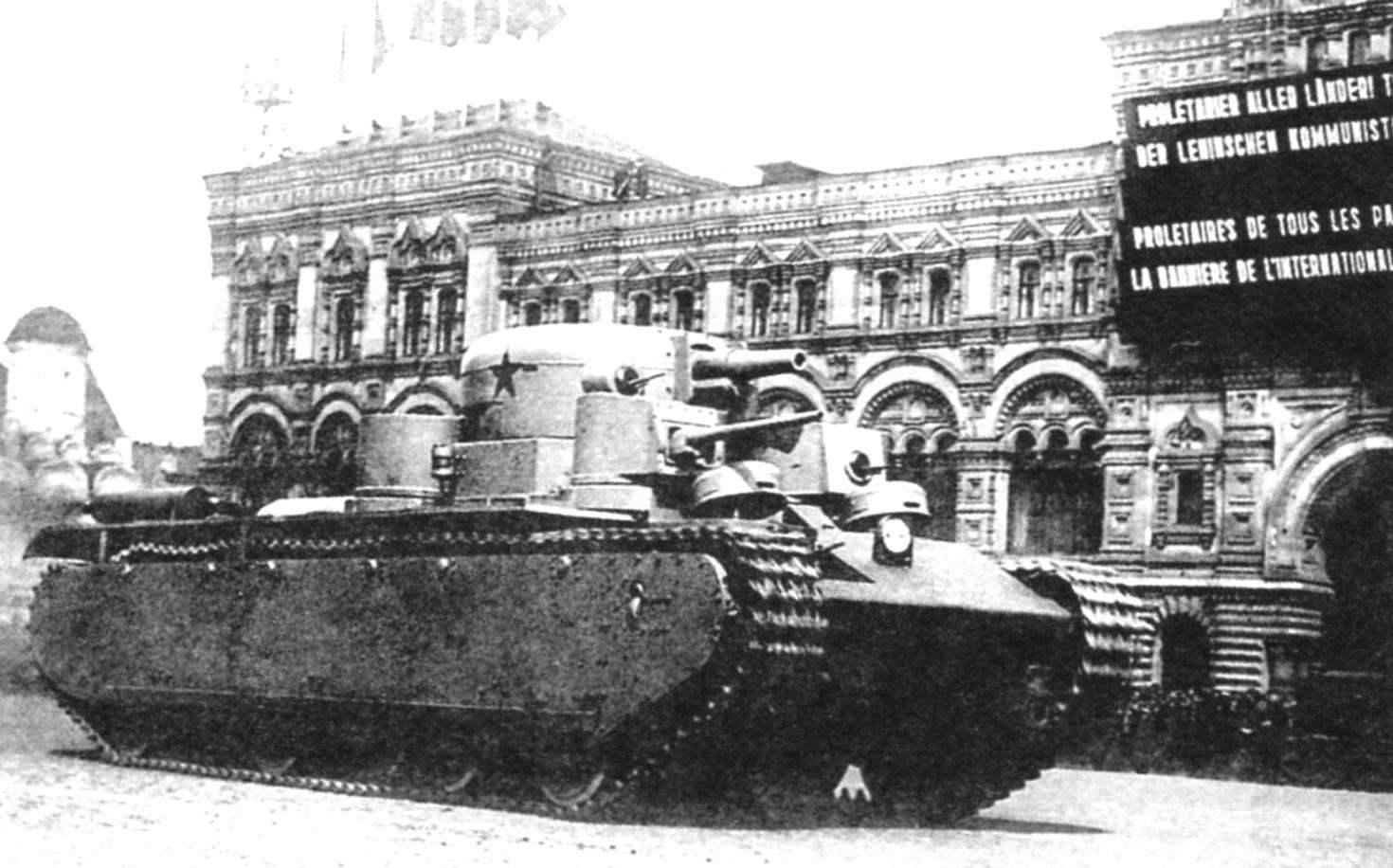 Предшественник Т-100 - трёхбашенный танк Т-35. Парад в Москве на Красной площади, 1935 г.
