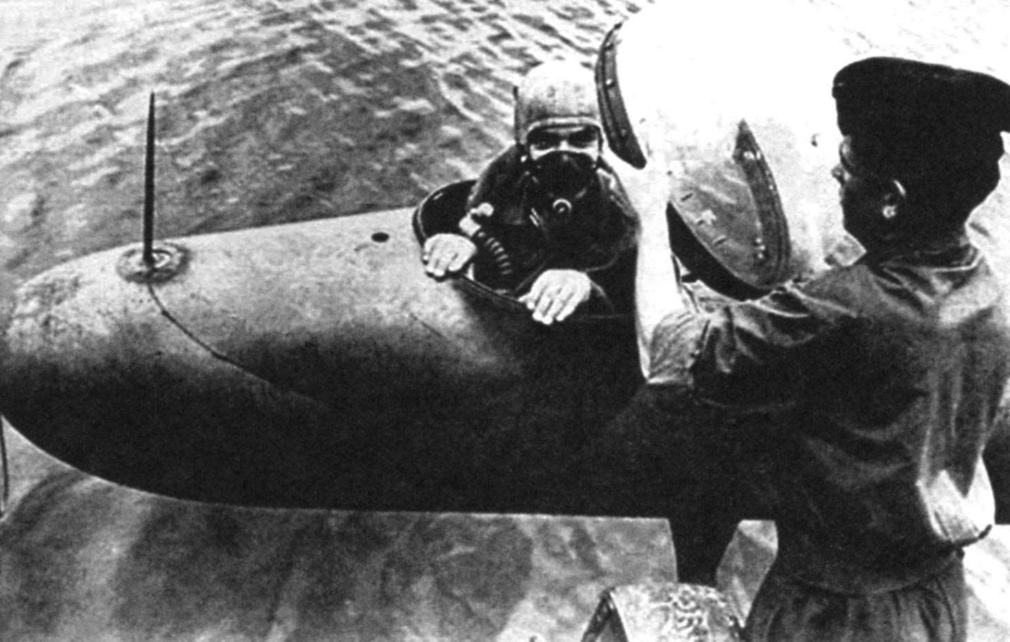 Механик помогает закрыть купол торпеды Neger. Хорошо виден штырь, приваренный в качестве прицела