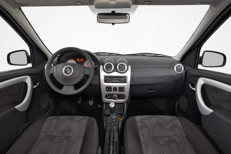 Интерьер передней части салона Renault Logan