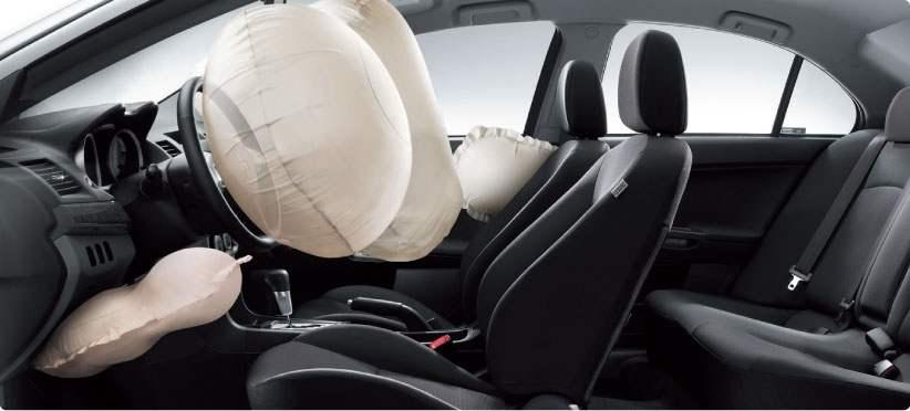 Автомобиль имеет раскрывающиеся в два этапа подушки безопасности для водителя и переднего пассажира, боковые подушки безопасности и подушку для коленей водителя