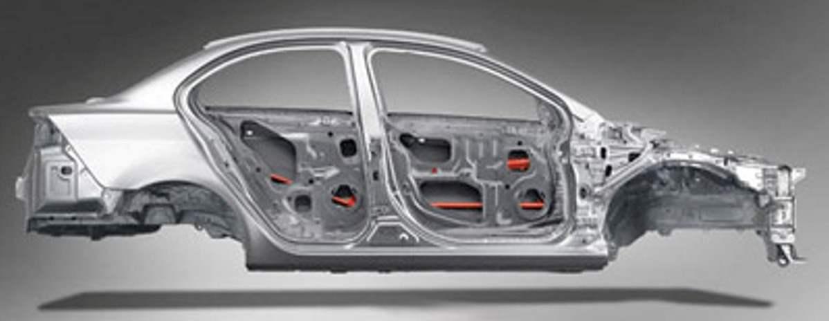 Кузов автомобиля Lancer усилен в ключевых зонах для повышения жесткости и увеличения сопротивлению его на кручение. А для улучшения пассивной безопасности кузова используется прочный и жесткий каркас безопасности вокруг салона и рассеивающие энергию удара специальные зоны деформации