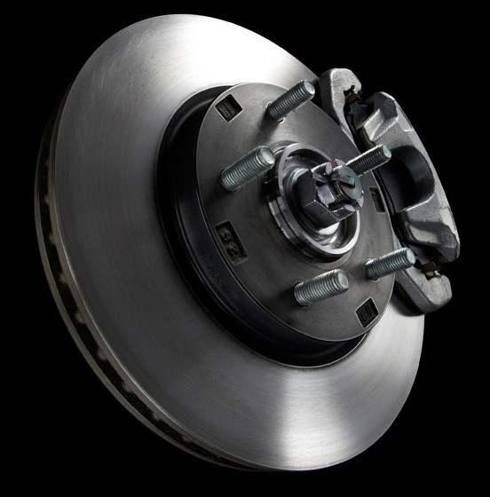 И передние, и задние колеса автомобиля оснащены вентилируемыми дисковыми тормозами